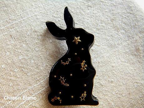 黒ウサギのブローチ