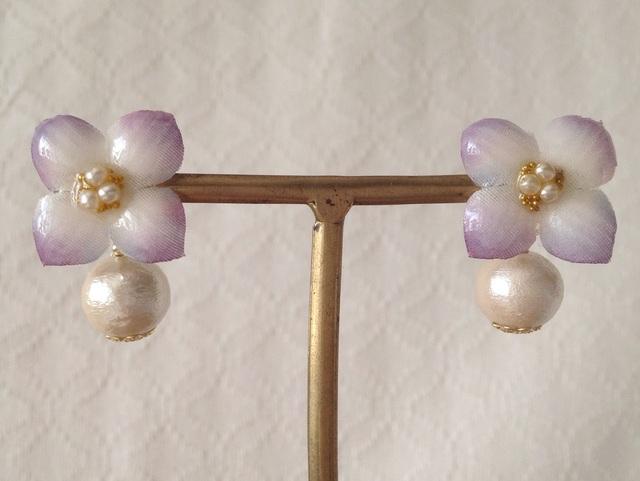 コットンパール付き染め花を樹脂加工した紫陽花ピアス( S・紫&白)