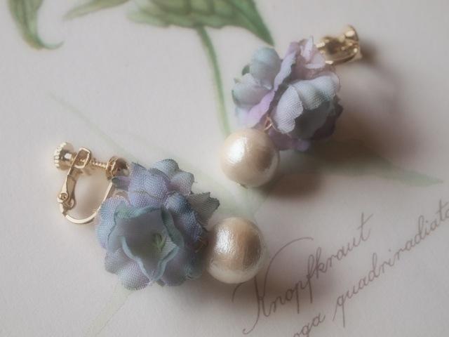 フリル小花とコットンパールのイヤリング