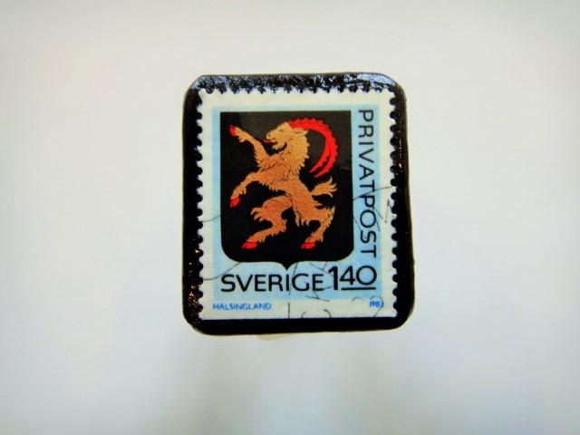 スウェーデン 紋章切手ブローチ913