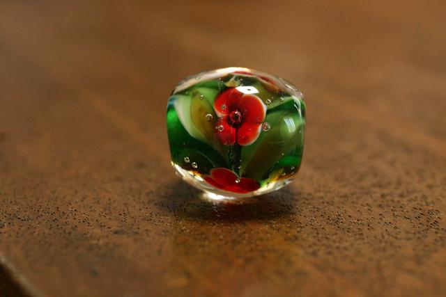 glass beads (とんぼ玉)緑/赤4枚花びら