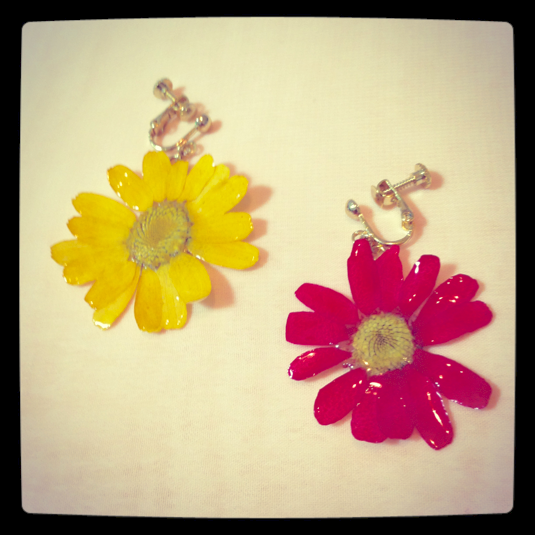 【値下げしました】 満開の花のイヤリング 黄色と赤