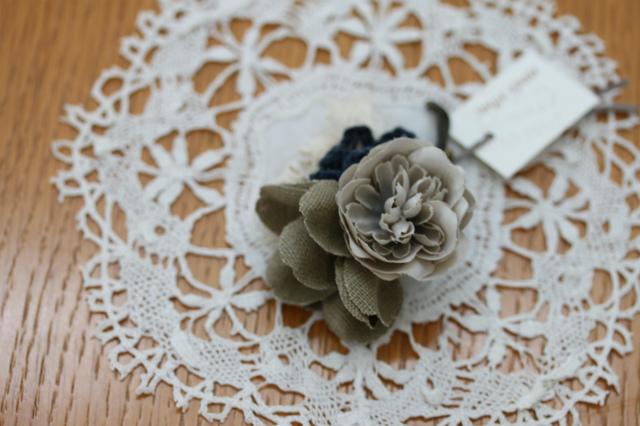 布花と編み花のコサージュ・ネイビー