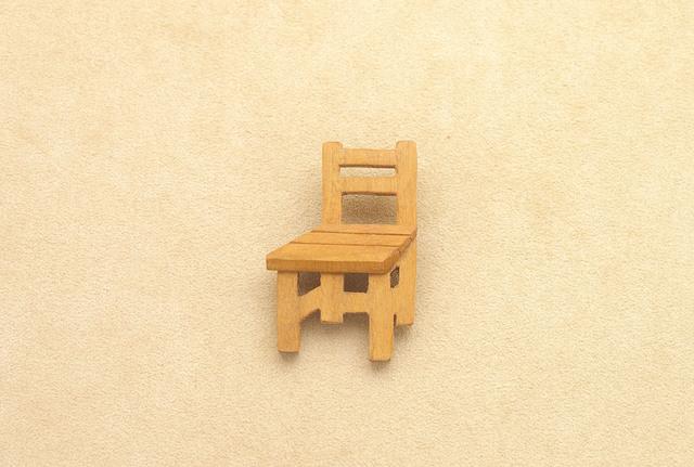 学校の椅子のブローチ