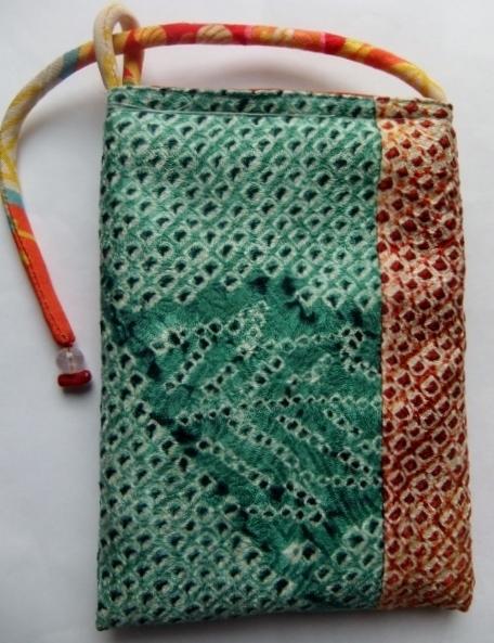 絞りの羽織と花柄の着物で作ったスマートフォン入れ 139