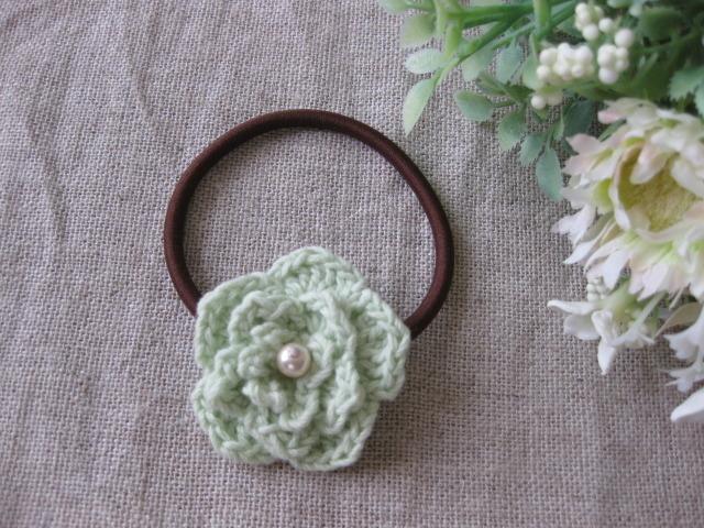 コットンで編んだミルクミントカラーのお花のヘアーゴム