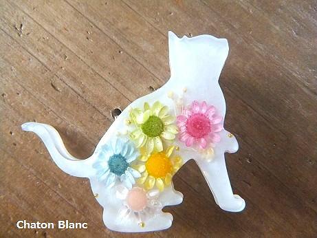 お花入り白猫のブローチ