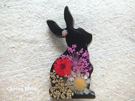 お花入り黒ウサギのブローチ