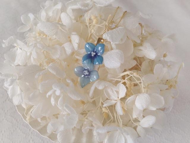 染め花を樹脂加工した紫陽花のペンダント(2輪・青系)