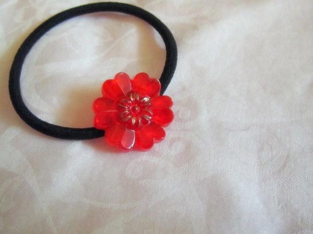 赤いお花のヘアゴム
