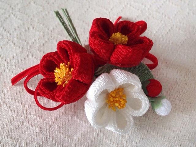 〈つまみ細工〉椿三輪とベルベットリボンの髪飾り(赤と白)