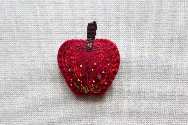 りんごブローチ