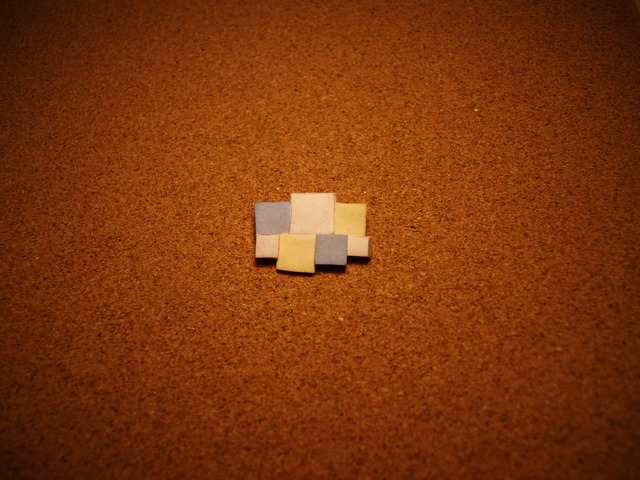 幾何学模様の陶器ブローチ1