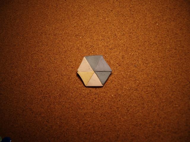 幾何学模様の陶器ブローチ3