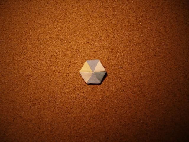 幾何学模様の陶器ブローチ4