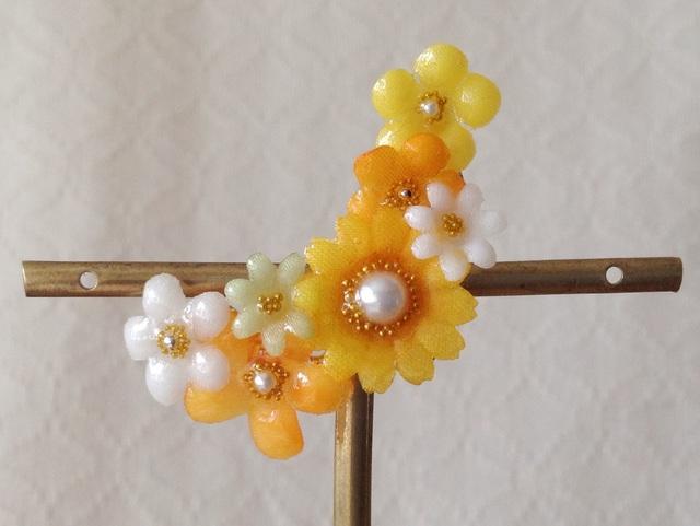 染め花を樹脂加工した小花の三日月型片耳イヤーカフ(オレンジ)