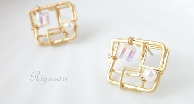 Crystal‐Square pierce