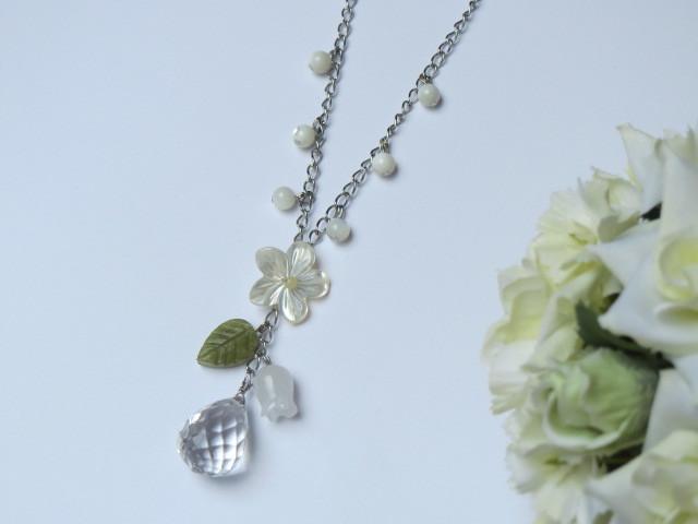 白蝶貝フラワーと水晶のネックレス