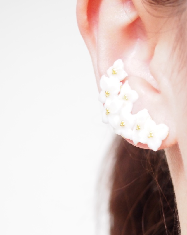 白いお花のイヤーカフ