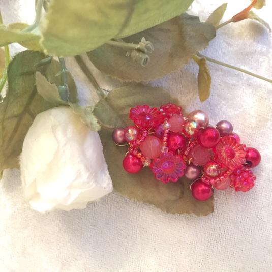 赤の世界へようこそ 花と果実のブローチ