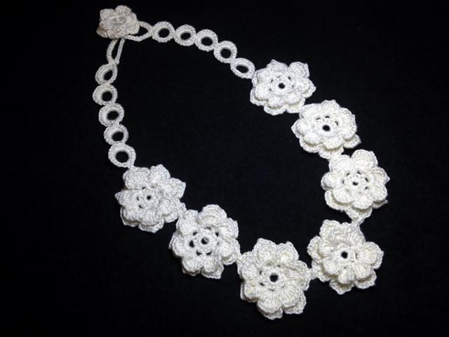 ♪ミルクホワイトのお花ネックレス レース編みで♪