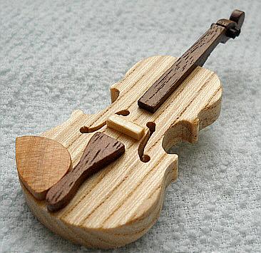 バイオリンのブローチ(セン材)