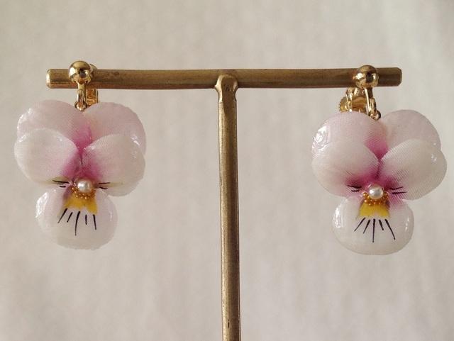 染め花を樹脂加工したビオラのぶら下がりイヤリング( S・淡ピンク)