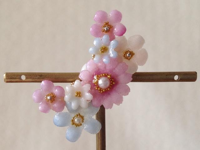 染め花を樹脂加工した小花の三日月型片耳イヤーカフ(ピンク&水色)