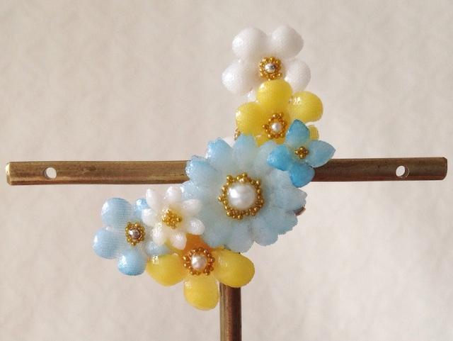 染め花を樹脂加工した小花の三日月型片耳イヤーカフ(水色&イエロー)