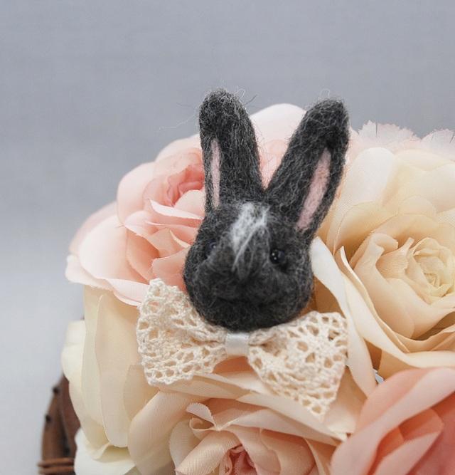 おしゃまウサギのブローチ〜グレー〜