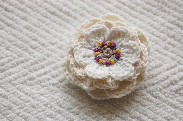 White flower brooch  4枚重ねの白花ブローチ