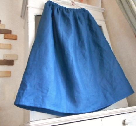 リネン・きれいなブルー色のタック入りギャザースカート