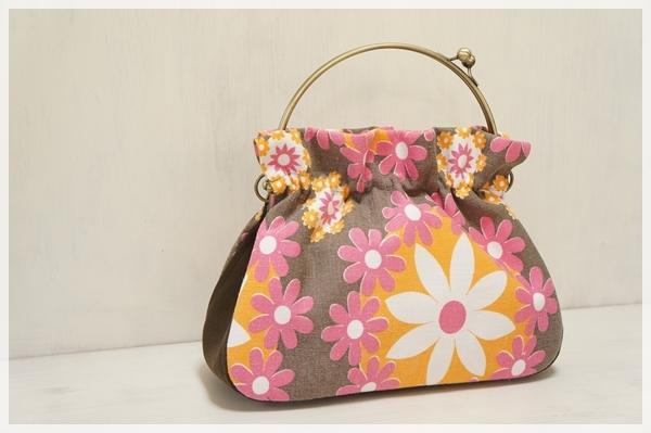 ☆ヴィンテージ生地のがま口バッグ/オレンジとピンクの花☆
