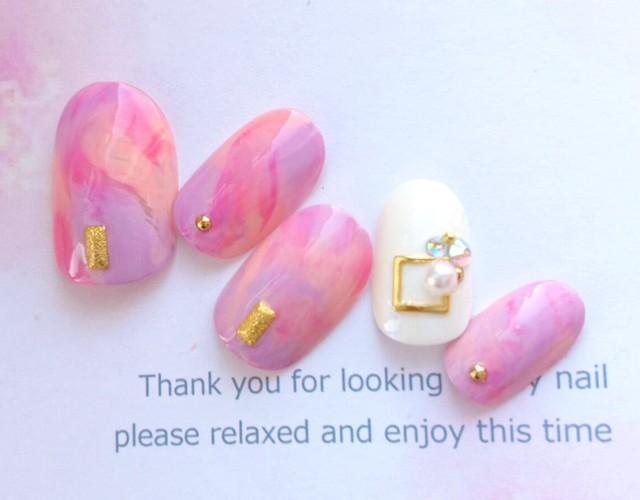 送料無料◆ピンクと紫のマーブルと白のキラキラのネイルチップ♡830