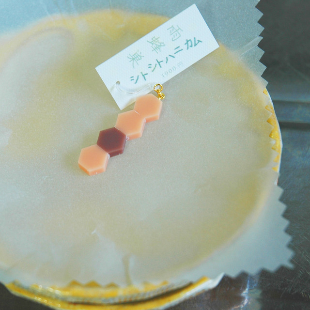 雨蜂巣《シトシトハニカム》桃桃餡桃 フックピアス