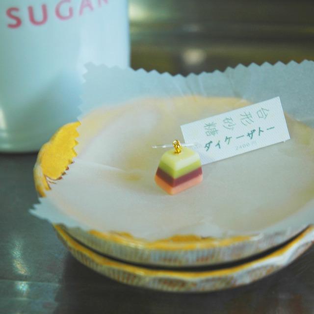 台形砂糖《ダイケーザトー》黄緑餡桃 フックピアス