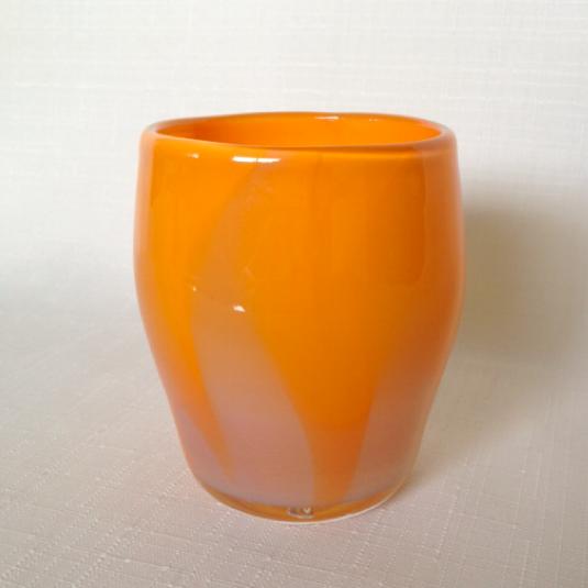 オレンジカラーのグラス
