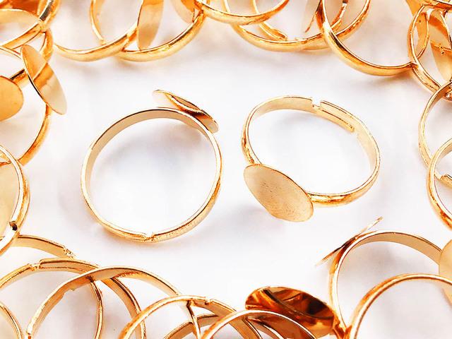 送料無料 リングパーツ 指輪 10mm台座付き 50個 ゴールド KC金 サイズフリー ハンドメイド 等に アクセサリーパーツ AP0942
