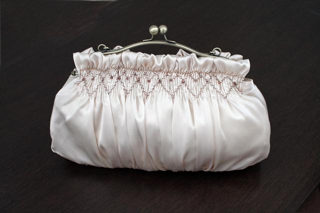 スモッキング刺繍のパーティーバッグ