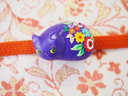 紫の猫帯留め(和柄)