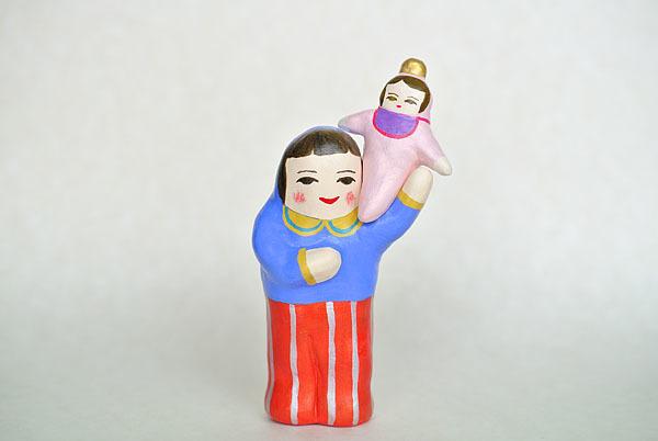 赤ちゃんを肩にのせるひと