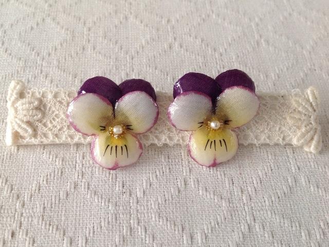 染め花を樹脂加工したビオラピアス( S・紫オフホワ)