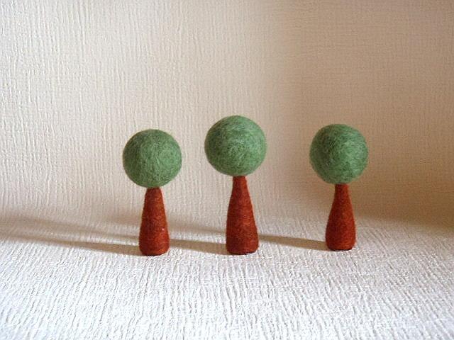 羊毛フェルト  丸っこい木