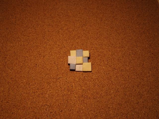 幾何学模様の陶器ブローチ5