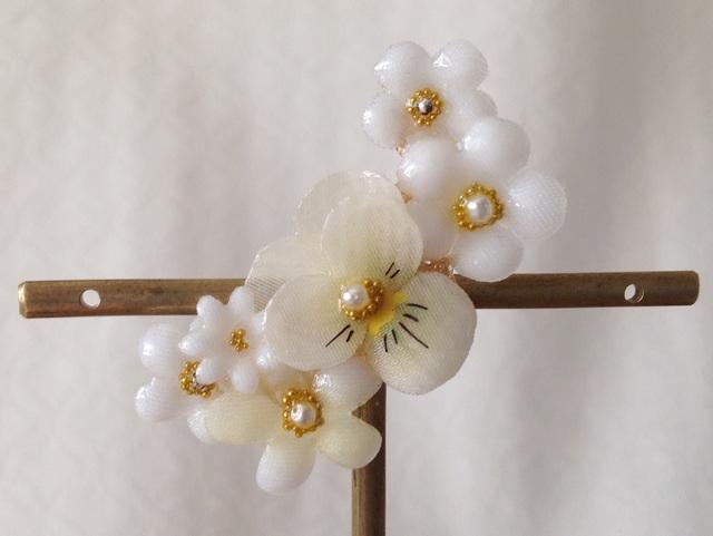 染め花を樹脂加工した小花の三日月型片耳イヤーカフ(ビオラ・ホワイト)