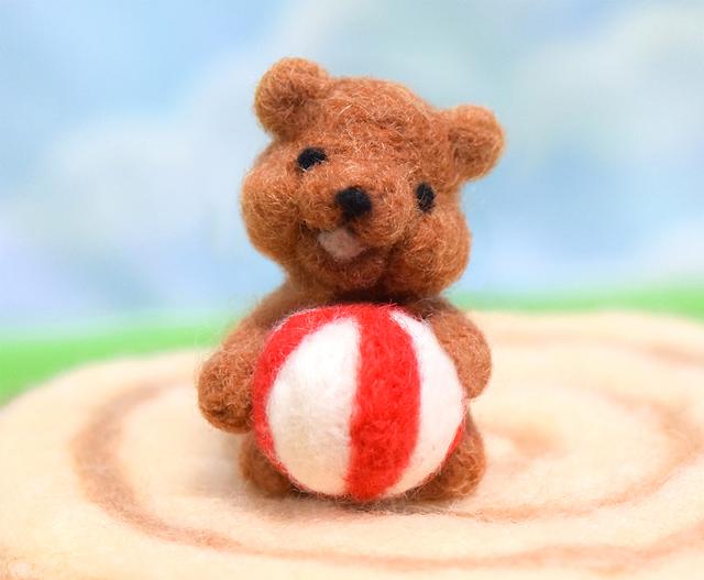 ボールで遊んで欲しそうにこっちを見ているコグマ