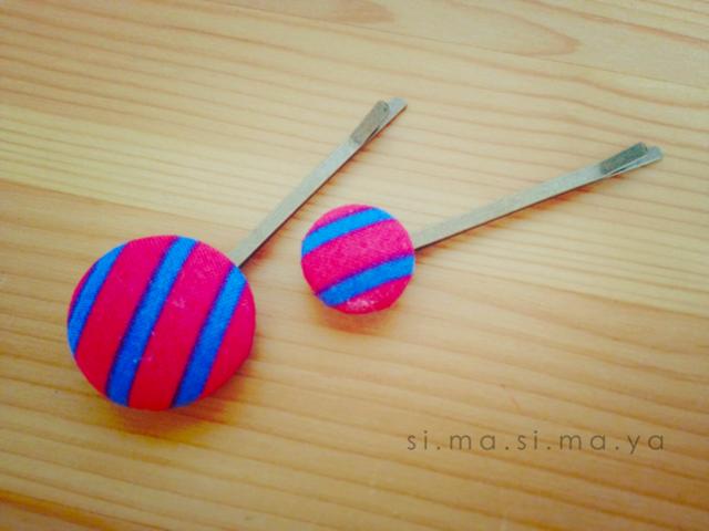 しましまのくるみボタンのヘアピン 大小2個セット (赤×ブルー)