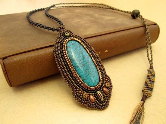 ビーズ刺繍の天然石ペンダント 012