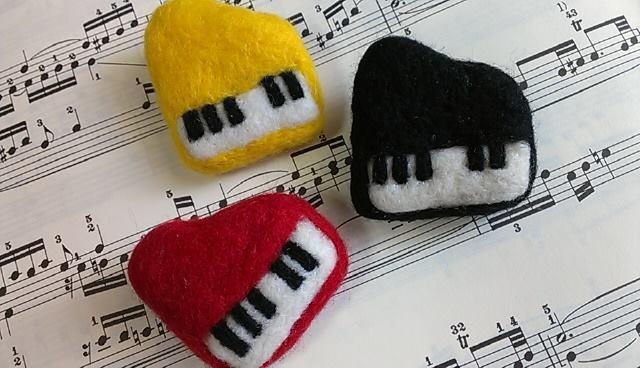 ピアノのブローチ
