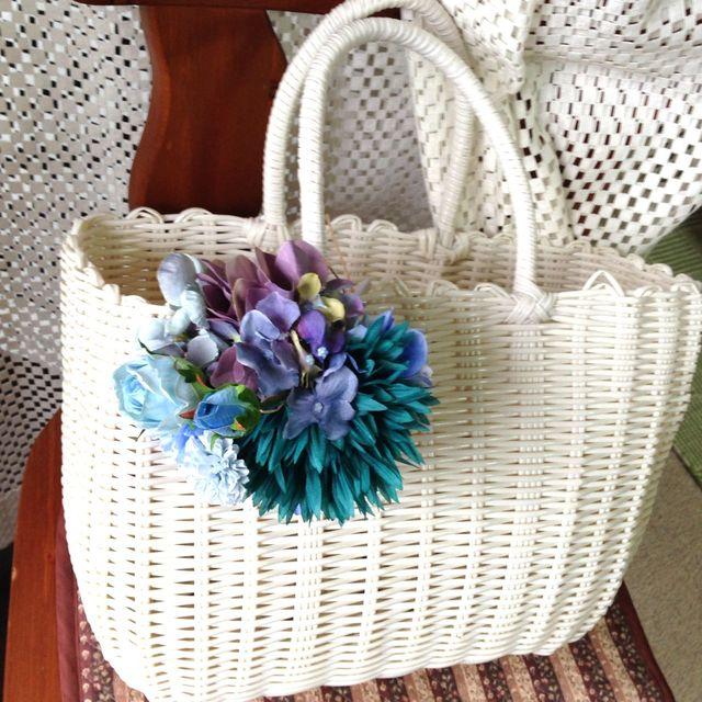 お花のカゴバッグ  ホワイト/アクアブルー